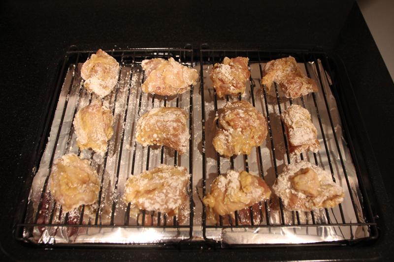 タレに漬け込んだ鶏もも肉に片栗粉をまぶす。角皿の上に調理網を置く。角皿にアルミホイルを敷いておくと手入れが簡単