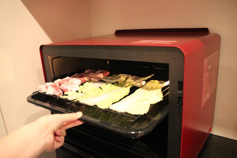 材料を用意してヘルシオにセット。「まかせて調理」機能により食材は冷凍と常温を混ぜてもOK。豚バラ肉は冷凍のまま投入した