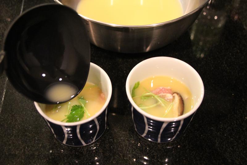 タネを作り、蒸し茶碗に流し込む