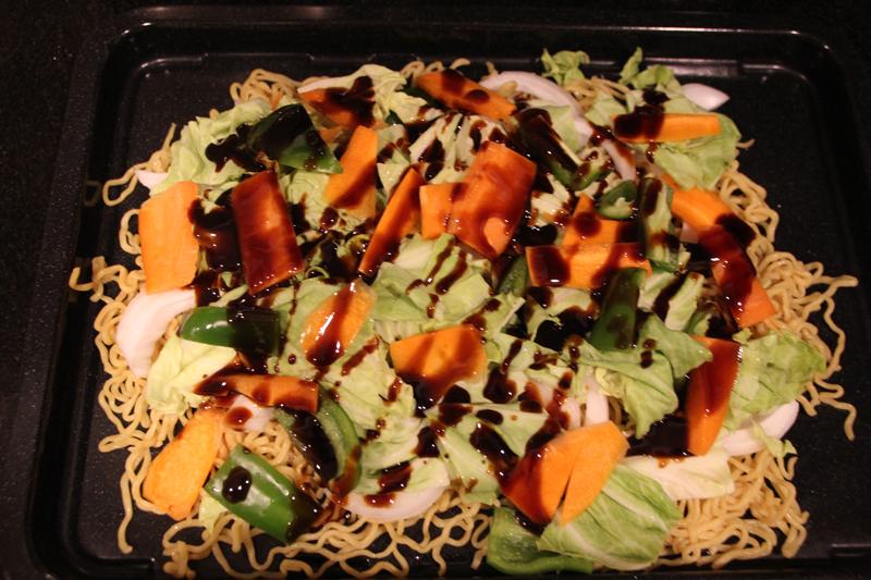 「まかせて調理」で焼きそばに挑戦。角皿に麺や野菜を重ね、ソースを掛ける