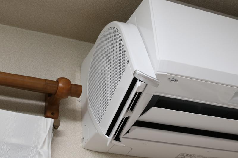 横から空気を吸い込み前から送風する。内蔵ファンは換気扇と同じかたつむり型のシロッコファンで強力