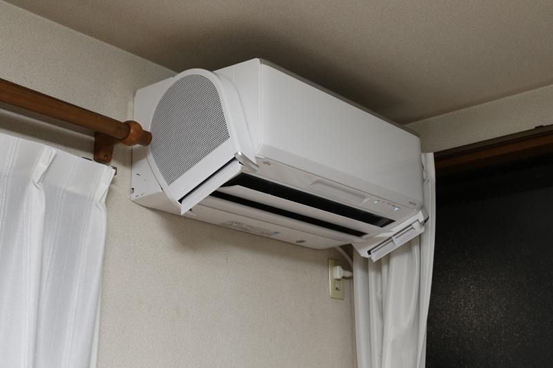 電源OFF時にはエアコン本体と一体化するデザイン。運転すると冷温風の送風口とは別方向、強さも別の風を送る