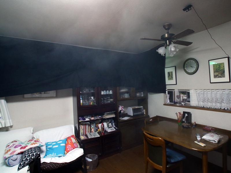 吹き出し口から出た重い冷気が、デュアルブラスターの気流に引き寄せられ天井を進んでいる(暗幕の上なので煙があまり写っていない)。ダイニングテーブルの上まで冷気が届いている