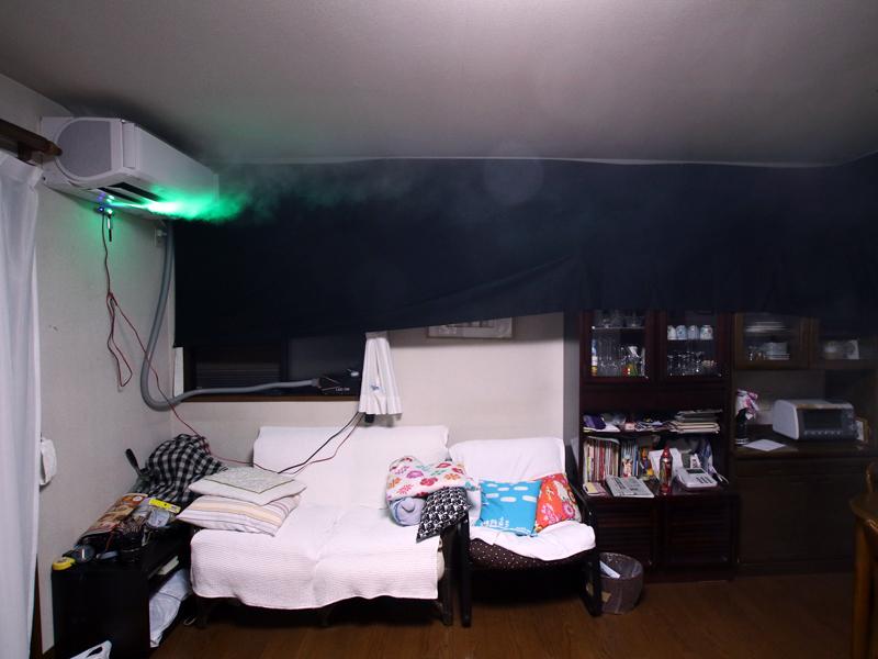 最初に天井に冷気が回り、反対側の壁に当ることで気流が部屋全体に回り込む