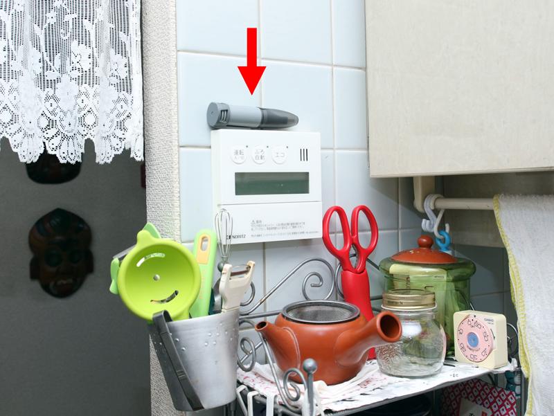 キッチン(給湯器のスイッチ上)と廊下の奥(画のつり紐に引っ掛けほぼ頭の高さ)にも温度センサーを別に設置