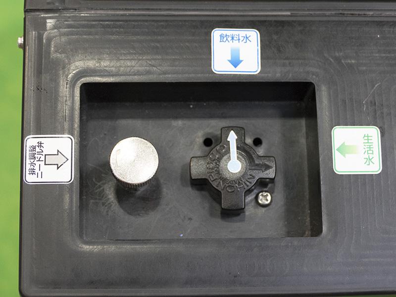 原水を12リットルまで入れて、生活水か飲料水のどちらかに決めて切替ハンドルの矢印を合わせる。規定気圧までポンプすると、指定した水が出るようになります