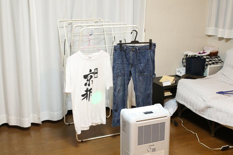 洗濯物に向かい、右上から左下にジグザクと乾燥した風を送風する