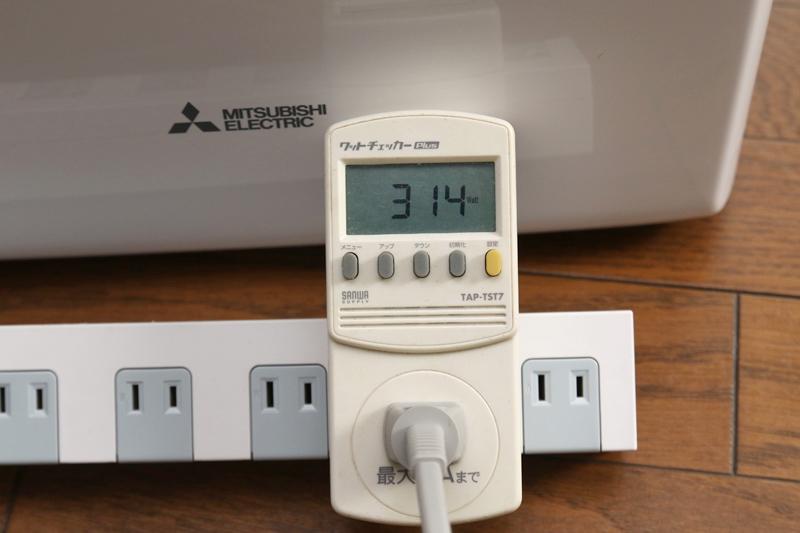 コンプレッサ駆動時の消費電力は、およそ300W(50Hzの東日本の場合)。マニュアルによれば西日本(60Hz)だと最大380W程度とのこと