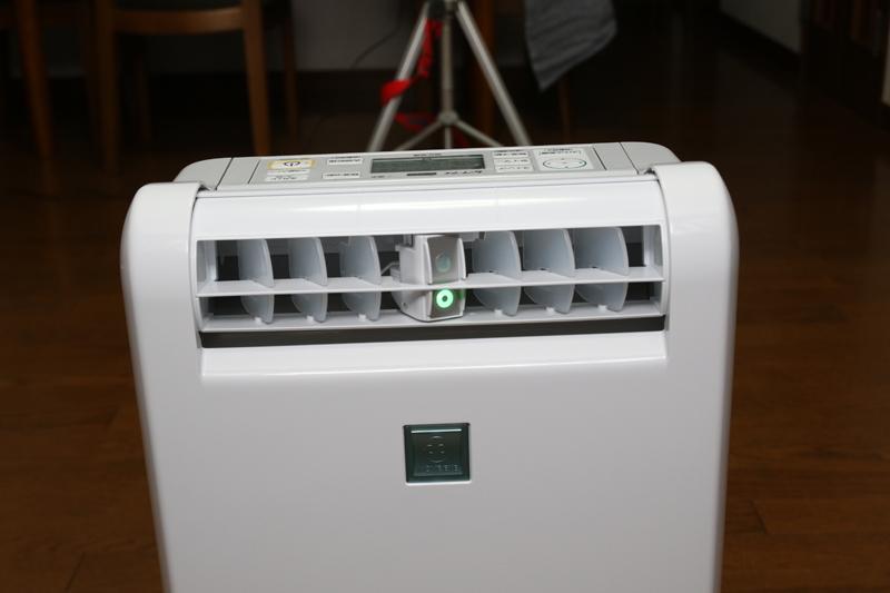 吹き出し口中央の緑に光るのがライトで、その上にあるのがセンサー。エアコンと同じムーブアイが搭載されている
