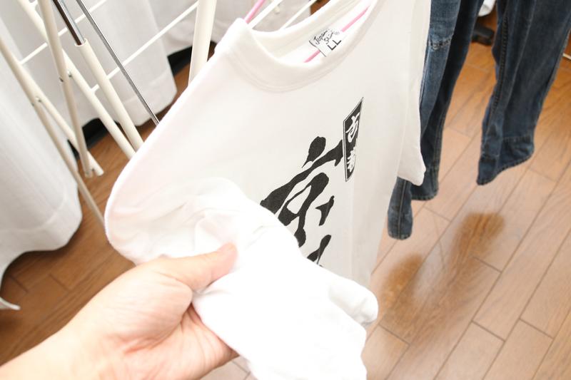 洗濯物をたくさん干してあっても、緑の光が当らない物はすでに乾いたというサイン。Tシャツはおよそ2時間で乾いた