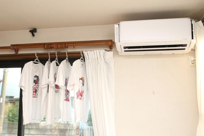 南のカーテンレールに部屋干しした洗濯物は、エアコンでは乾きづらい