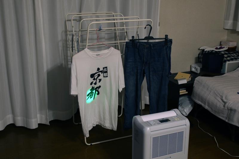 除湿機本体にも温度センサーがあるので、ムーブアイで調べた部屋の温度が室温センサーより低いところには、濡れた洗濯物があると判断できる。すばらしい!