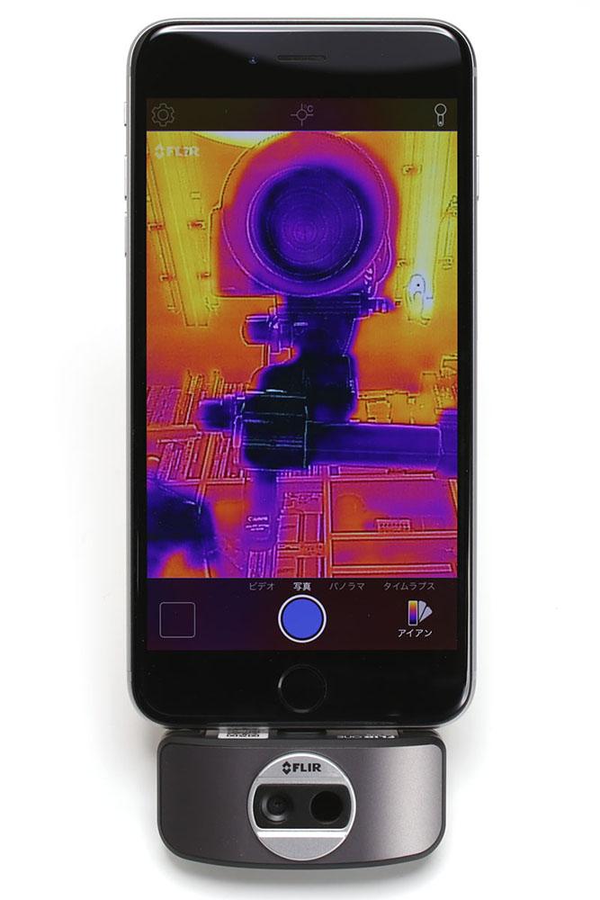 iPhone 6s Plusにセットした様子。専用アプリを使えばiPhoneがサーモグラフィーとして利用できるようになります。カメラは手前にも向こうにも向けることができます
