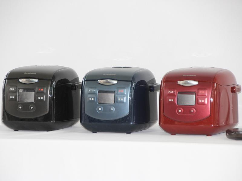 開発中の炊飯器。ブラック、ブルー、レッドの3色を用意する