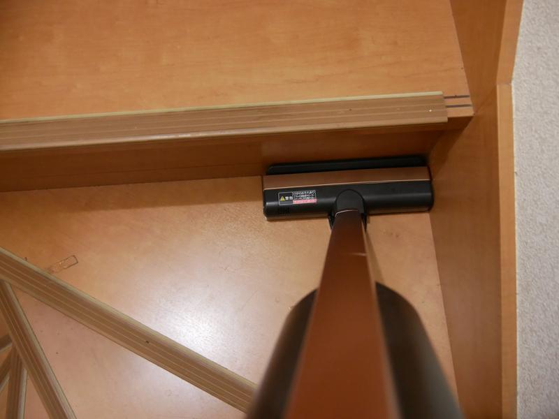 壁際にゴミが溜まりがちな階段もきれいに掃除できる。コードレスなのでコードが足元でもたつかず、安全に掃除できる