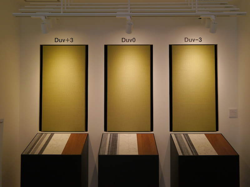 カラーオーダーメイドの事例。畳に光を当てた状態。色温度が同じでも、色偏差の違いで雰囲気が変わる