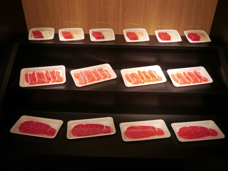 スーパーの食肉売り場を想定したデモストレーション。彩光色を使用したもの。見え方が大きく違う