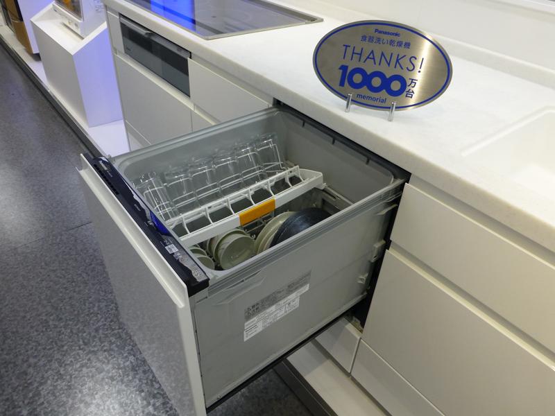 システムキッチンに組み込んで使うビルトインタイプの食洗機。国内では、卓上タイプよりも高いシェアを持つ。パナソニックは、ビルトインタイプの食洗機においても高いシェアを獲得している
