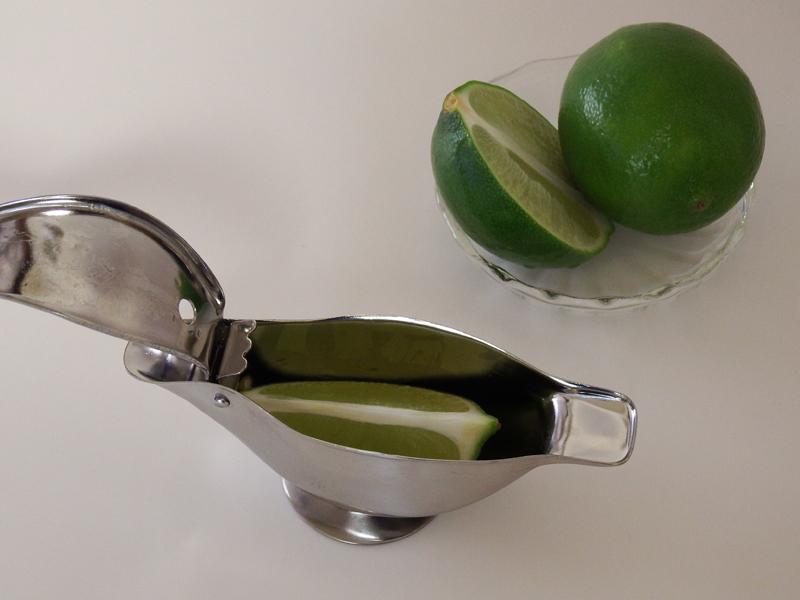 もちろん、絞れるのはレモンに限りません。ライムやカボスなど、サイズ的に入るものなら使えます
