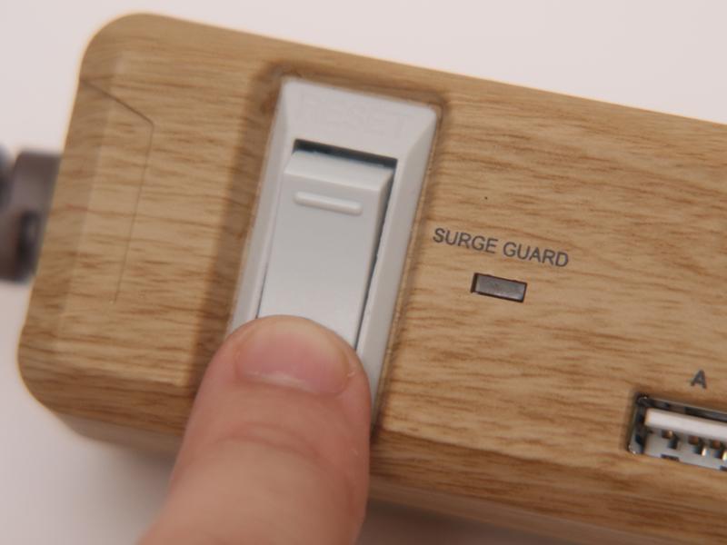 スイッチをONにすると、SURGE GUARDのランプが点灯しすべてのコンセントがONになる。このスイッチはブレーカーも兼ねているので、合計で15A以上の機器を接続すると安全のため自動的に電源が切れる