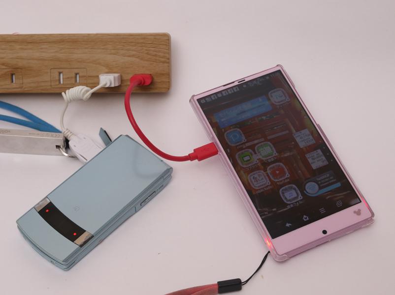 USBの出力は合計で2.1Aなので、タブレット1台充電、もしくは普通のスマホの2台同時充電、また大容量バッテリ搭載のスマホ+ガラケーの同時充電ができる