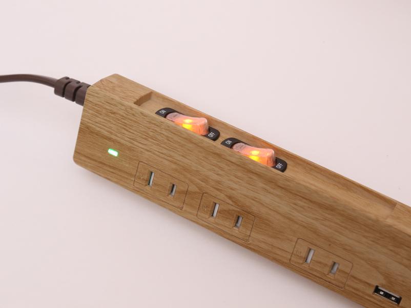 スイッチ付きのコンセントが2つと、常にスイッチONのコンセントが1つ。机のライトやノートパソコンの電源を取るのに都合がいい。時計などは常時スイッチONに差し込む