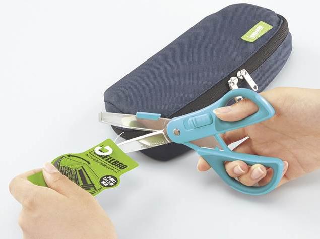 段ボールを開けたら、今度は普通のハサミと同じように荷物の袋やタグを切ったりするのにも使える