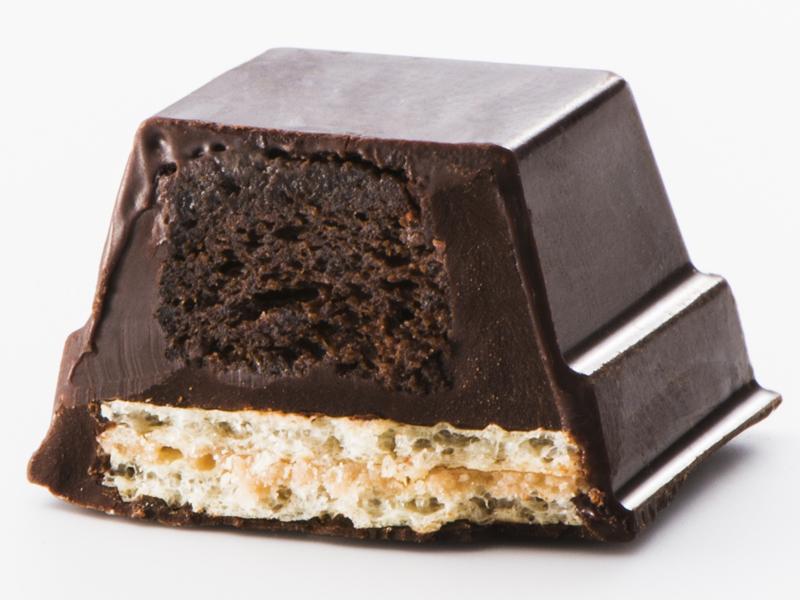 キットカットの中に、しっとりしたフォンダンショコラを使用し、濃厚さが味わえる「キットカット ガトーミニョン」