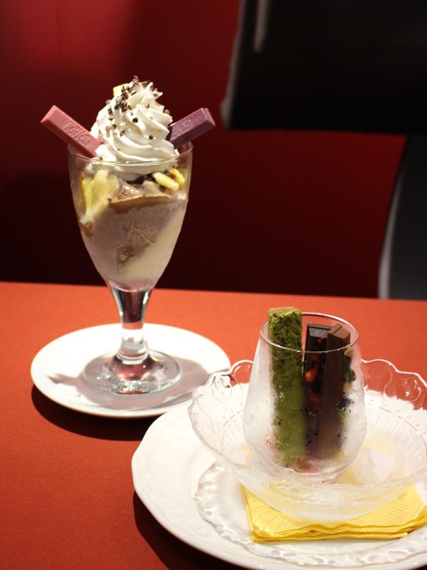 奥が「キットカット ショコラトリー パフェ。1つのグラスで、様々な味と食感が楽しめる