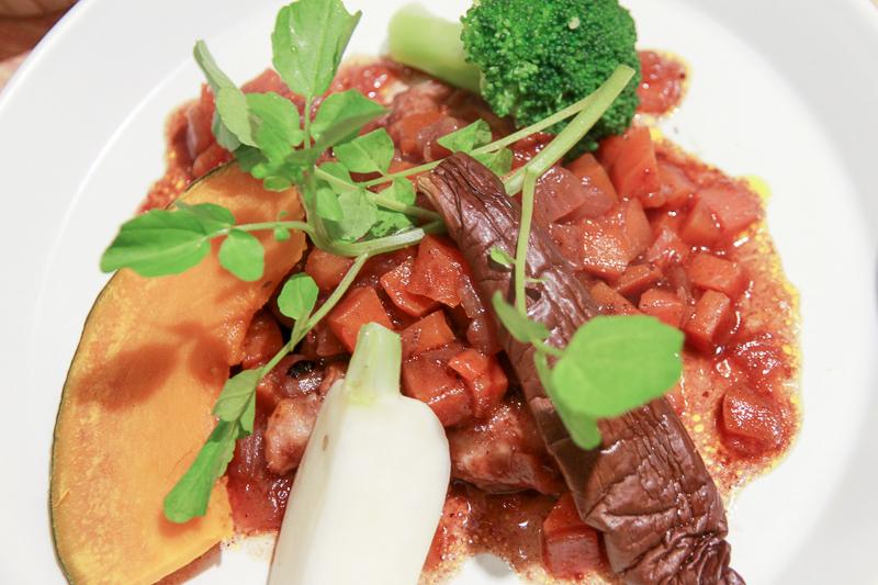 主菜は鶏肉のワイン煮。添え付けの野菜はかみ応えあり