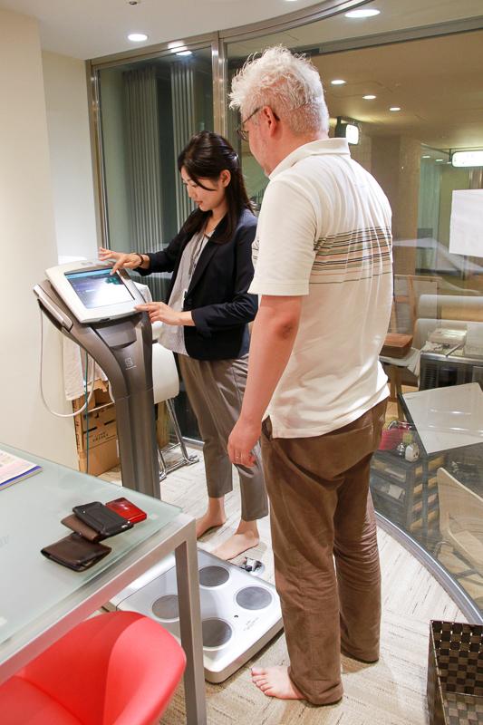 巨大な体組成計で計測します。手で握る電極もあるので、部位ごとのデータが分かるとのこと。よりたくさんの人が登録できるのでスポーツクラブや企業などで使われるそうです