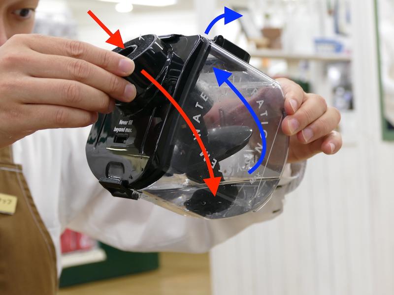 取り出した水タンク。吸い取った空気は水タンクへ送られ(赤矢印)、キレイな空気だけが排出される(青矢印)