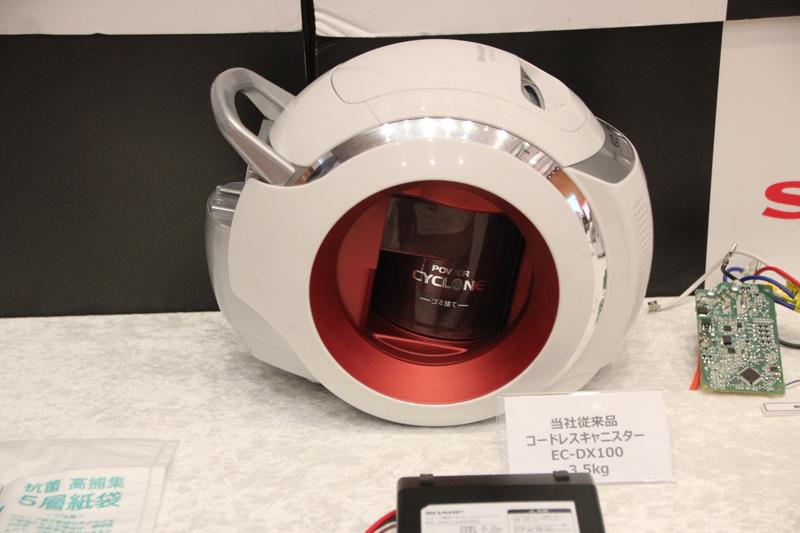 2013年に発売した「コードレスキャニスター掃除機 EC-DX100」