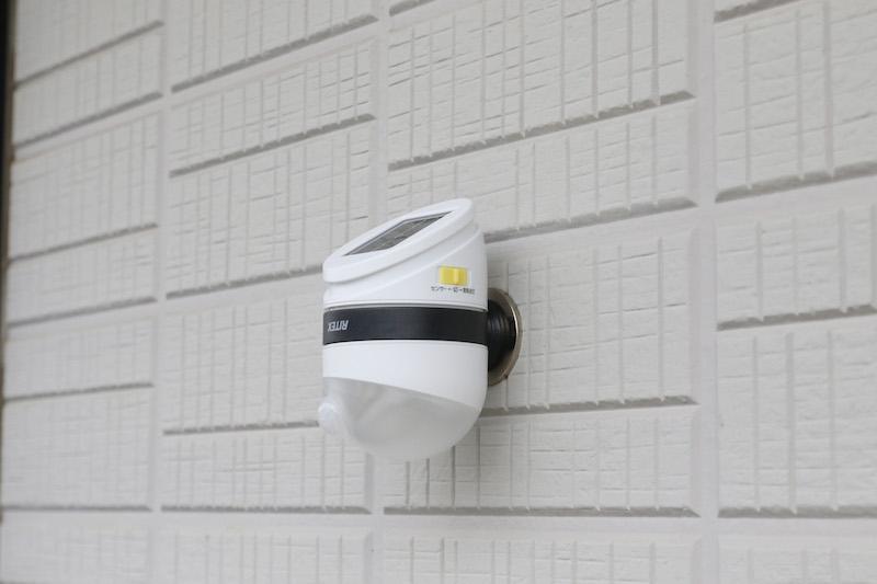 付属の鉄製プレートをネジや両面テープで壁に張り付け、そこに磁石で固定する