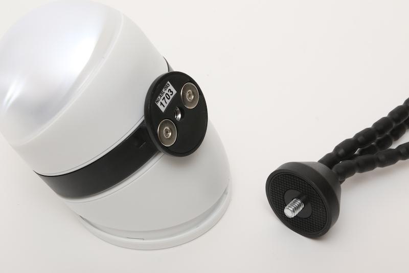 本体の磁石と三脚。いろいろなところに簡単に取り付けられるセンサーライトは、女性の一人暮らしの防犯にも有効だ