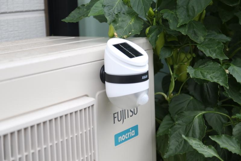 エアコンの屋外器のように鉄でできている場所には、磁石でくっつけられる