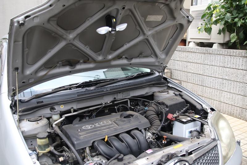 車のエンジンルームなど暗い場所で作業するときにも便利。ボンネット裏に磁石でくっつけているところ