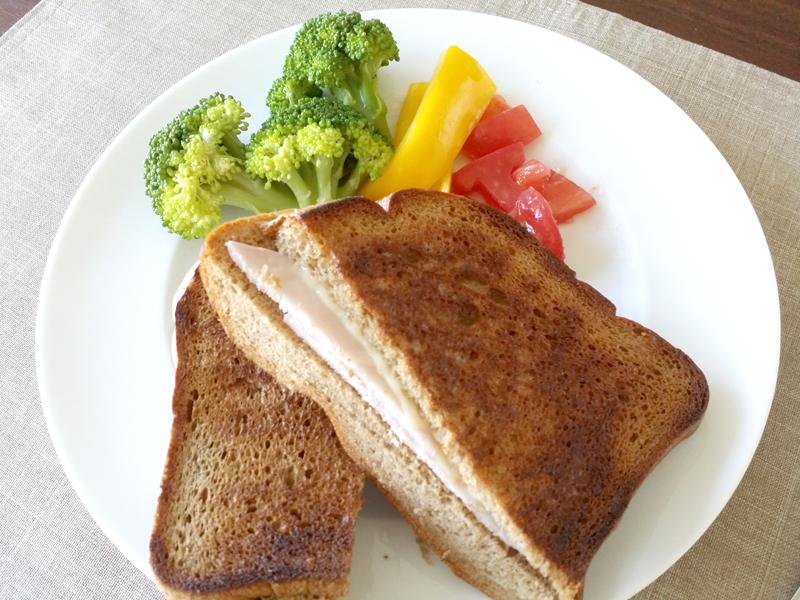 苦味やブラン特有のクセが苦手なら、ハムとチーズを挟んだクロックムッシュや、フレンチトーストにするのがオススメ