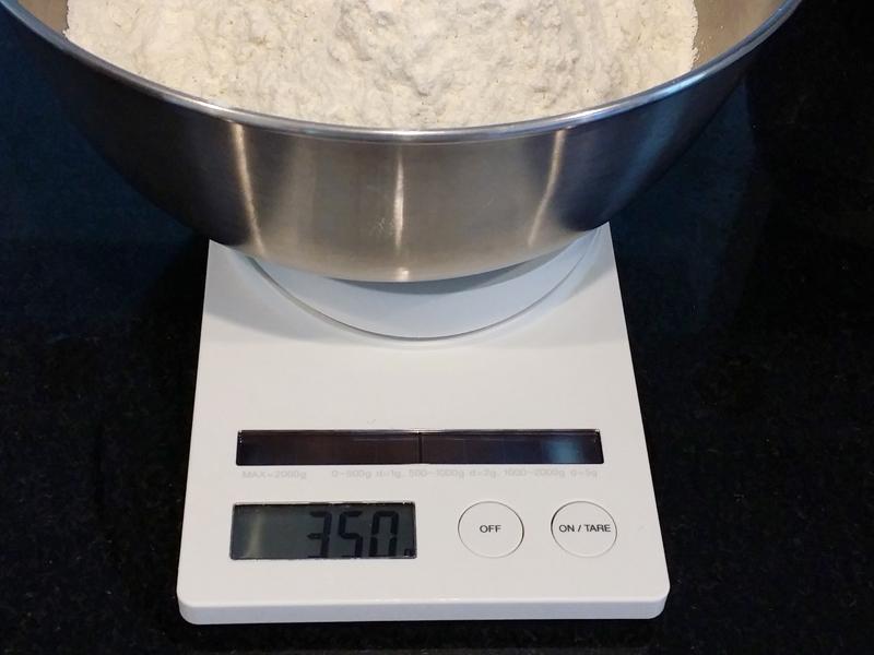 1.5斤で350gの分量。きちんと計らないと仕上がりに差が出るので、デジタルスケールなどを使う