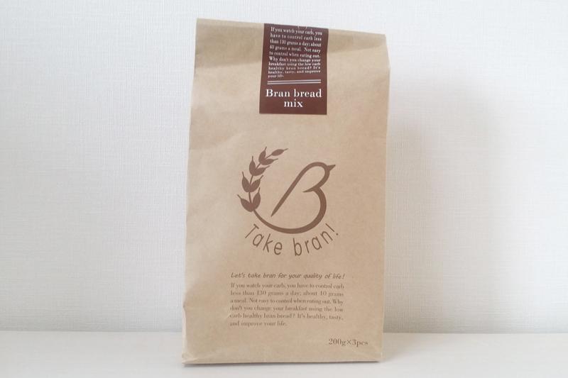 低糖質ブランパンミックスとドライイーストが付属。製品購入時には各1袋入っていて1斤分作れる。別売りのブランパンミックスは3斤用を用意