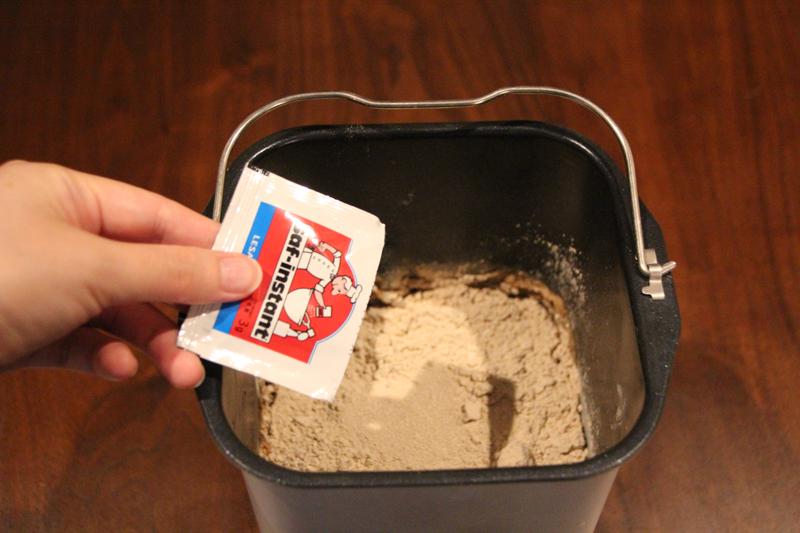 水、溶き卵、塩、スキムミルク、バターを入れたら、全体を覆うようにブランパンミックスを投入。その上から、水に触れないようにドライイーストをそっと振り入れる