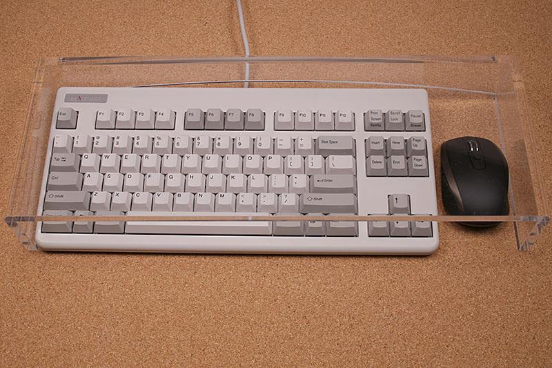 こんな感じで、マウスもキーボードも保護。しかし、高さがあるので、猫がこれを枕にすることはありませんでした。ちょっと残念