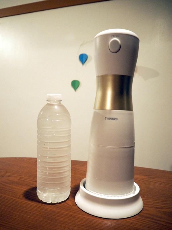 本体サイズは96×310mm(直径×高さ)で、重量は約870g。500mlのペットボトルと比較すると大きさがよくわかる。使う時は両手で持って操作する
