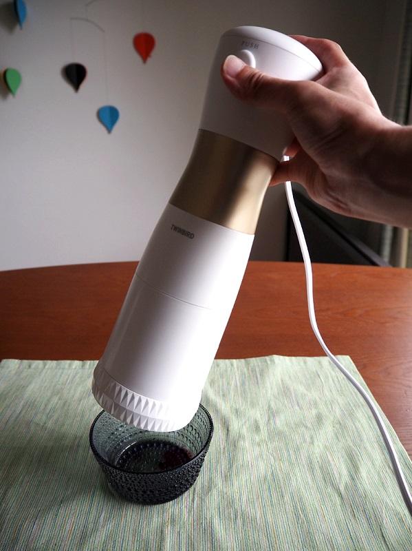 本体上部に電源スイッチを搭載しており、押している間だけ動作する仕様だ