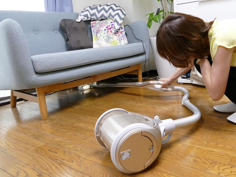 この自走機能は、ソファの下など、低い場所を掃除するときも大活躍! 「スーッと進んでくれるから、押し込まなくてもいいのはラク」