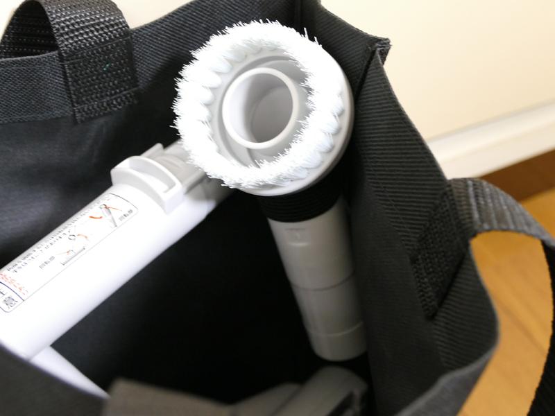ブラシはゴムベルトに挟めば、ほかのアタッチメントと重なってつぶれることもない