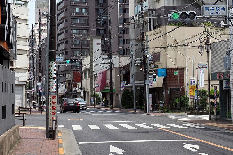 青梅駅周辺の昭和レトロな映画看板を見て回ります。「青梅駅前」交差点あたりから東へ向かうと多くの看板と遭遇できます