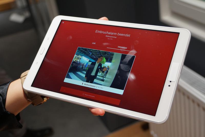 セキュリティカメラで撮影した映像はインターネットにつながるアプリにライブストリーミングができる