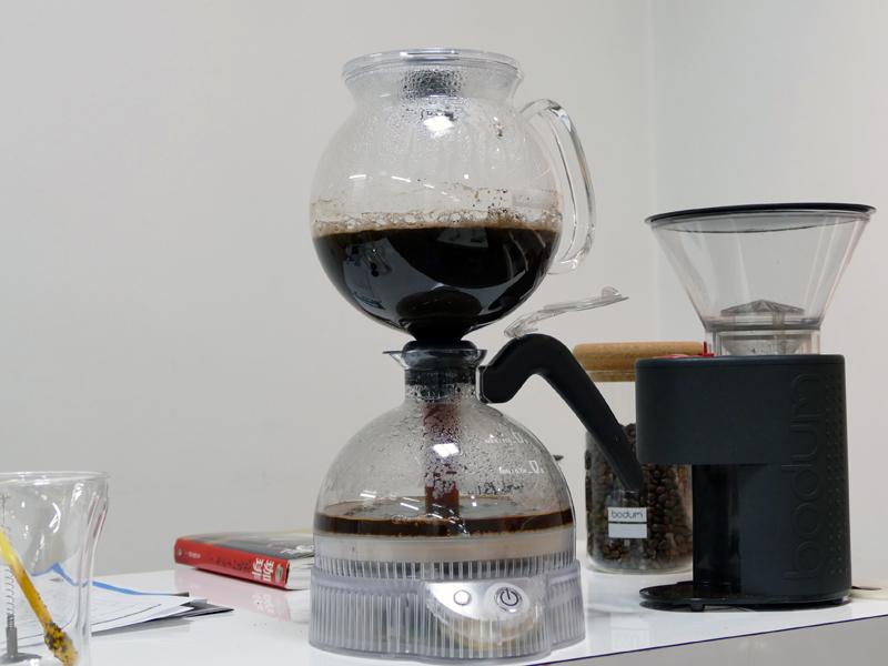 電動のサイフォン式コーヒーメーカー「ePEBOサイフォン式コーヒーメーカー」