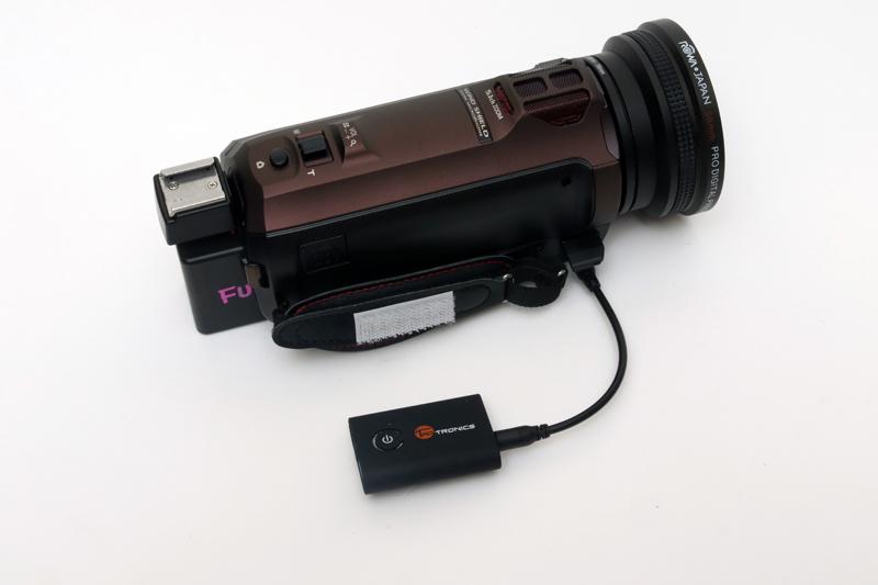 カーステレオのときのように、本機をプラプラさせていると、カメラに当ってコンコンと音が入ってしまうので、マジックテープなどを使って固定する